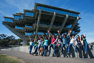 Students in front of Geisel Library Building