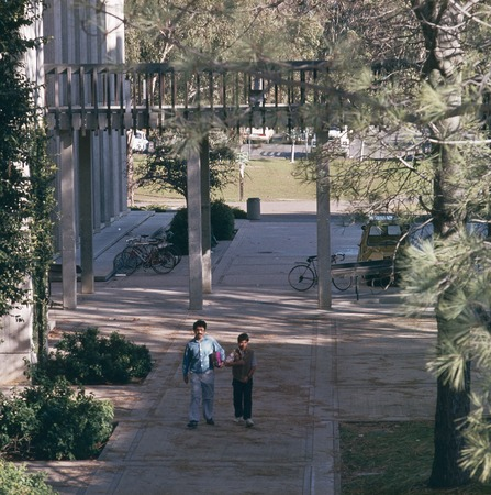John Muir College: Electrophysics Research Building: exterior: sidewalk and skybridge in courtyard