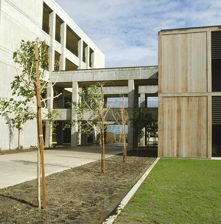 Medical Teaching Facility: exterior: breezeway