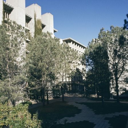 John Muir College: Electrophysics Research Building: exterior: general view of courtyard