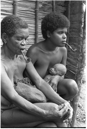 The kwai'okoa'i birth helper and baby sit with Lamana of nearby Maaburu.