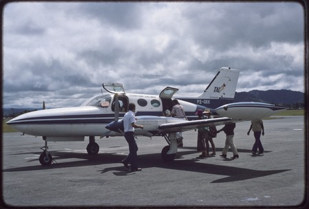 Mount Hagen: small Territory Airlines light twin boarding passengers
