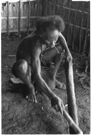 'Elota makes ruu barkcloth by beating it from a stick.